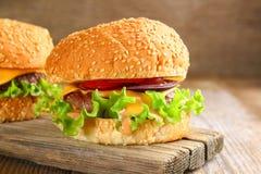Smakowity domowej roboty hamburgeru składać się z babeczka, paszteciki, sałatka, czerwony oni Zdjęcia Stock
