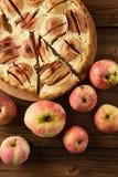 Smakowity domowej roboty jabłczany tarta z bogatym kremowym plombowaniem słuzyć z lub obrazy stock