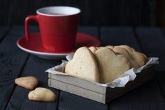 Smakowity domowej roboty miodownik i kawa w czerwonej filiżance na czarnym wo Zdjęcia Royalty Free