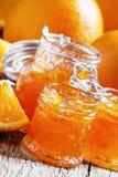 Smakowity domowej roboty pomarańczowy dżem i świeże pomarańcze, rocznika drewniany plecy zdjęcia stock