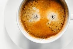 Smakowity filiżanka kawy na białym biurku obraz royalty free