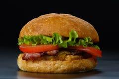 Smakowity hamburger z bekonem i pomidorami Zdjęcie Royalty Free