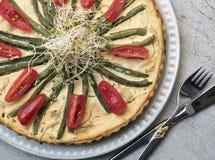 Smakowity jarzynowy tarta na rocznika tle zdrowa żywność wegetarianizm obraz royalty free