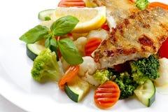 Smakowity jedzenie. Piec na grillu warzywa i ryba. Wysokiej jakości wizerunek Zdjęcie Stock
