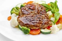 Smakowity jedzenie. Piec na grillu warzywa i stki. Wysokiej jakości wizerunek Fotografia Royalty Free