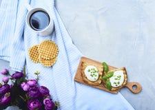 Smakowity kłusujący jajko na grzance nad nieociosanym tłem zdjęcie stock