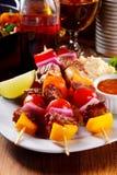 Smakowity Kebabs na talerzu z cytryną, kumberlandem i Rice, Zdjęcia Stock