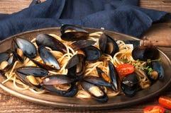 smakowity makaron z pomidorowym kumberlandem i gotującymi mussels na metalu talerzu fotografia stock