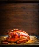 Smakowity piec indyk lub kurczak nad drewnianym tłem obrazy stock