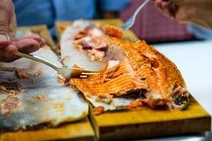 Smakowity piec na grillu łosoś słuzyć na drewnianym talerzu fotografia royalty free