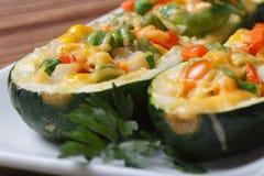 Smakowity piec zucchini faszerujący z warzywami makro- obrazy royalty free