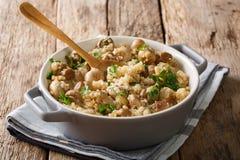 Smakowity quinoa z pieczarek, pietruszki i cebuli zakończeniem na t, Zdjęcia Stock