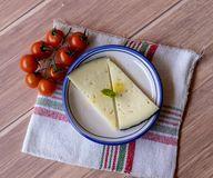 Smakowity ser w ceramicznym naczyniu z ekstrą dziewiczą oliwą z oliwek i czereśniowymi pomidorami Widoku z lotu ptaka wieśniak na fotografia stock