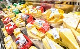 Smakowity ser w gablocie wystawowej przygotowywającej sprzedaż Zdjęcia Stock