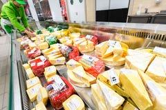Smakowity ser w gablocie wystawowej przygotowywającej sprzedaż Fotografia Stock