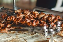 Smakowity smażący shish kebab na skewers w pita chlebie Zdjęcia Stock