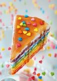 Smakowity tęcza tort z karmel polewą obraz royalty free