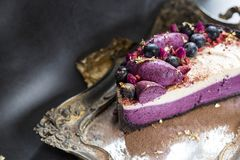 Smakowity tort na tacy z zmrokiem tło tort z owoc dekoruje i kwitnie kakaowa polewa obrazy stock