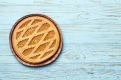Smakowity tort z dżemem na а błękitnym drewnianym tle zdjęcie royalty free