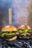 Smakowity uwędzony i piec na grillu wołowina hamburger fotografia royalty free