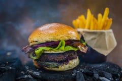 Smakowity uwędzony i piec na grillu wołowina hamburger obrazy stock
