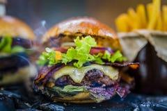 Smakowity uwędzony i piec na grillu wołowina hamburger fotografia stock