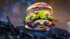 Smakowity uwędzony i piec na grillu wołowina hamburger obraz stock