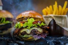 Smakowity uwędzony piec na grillu i glazurujący wołowina hamburger z sałatą, ser zdjęcie royalty free