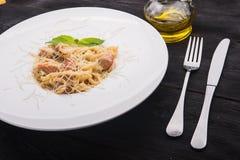 Smakowity włoski makaron z basilem Zdjęcie Royalty Free