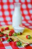 Smakowity zdrowy śniadanie, świeży mleko w szklanej butelce, smakowity jogurt w małym szklanym pucharze obrazy stock