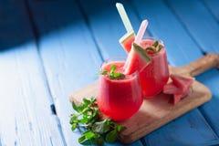 Smakowity zimny arbuza smoothie napój z mennicą w szkłach, summe zdjęcia stock