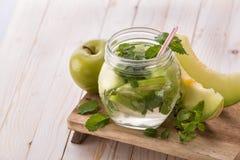 Smaksatt ingiven vattenblandning för ny frukt av äpplet, mintkaramellen och melon arkivbild