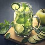Smaksatt ingiven vattenblandning för ny frukt av Apple, limefrukt och basilika Arkivbilder