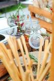 Smaktillsatser för grillfest i glass krus Royaltyfri Foto