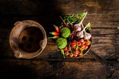 Smaktillsatser och kryddor för idérik matlagning på mörkt lantligt trä Fotografering för Bildbyråer