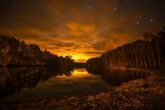 Smal湖在秋天在夜之前 免版税图库摄影