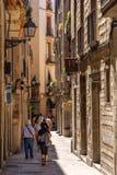 Smal bakgata i Barcelona, Spanien Fotografering för Bildbyråer