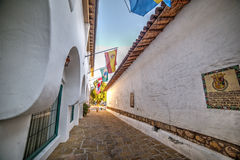 Smal bakgata i den gamla staden Santa Barbara Arkivfoton