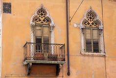 Smal balkong i den gammala townen av Verona Royaltyfri Fotografi