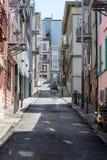 Smal brant gata i San Francisco med rena trottoarer och brandflykter royaltyfri bild