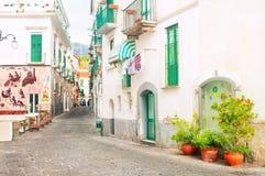 Smal europeisk gata med keramiska garneringar royaltyfri foto