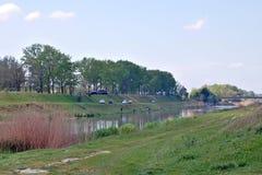 Smal flod och fiskare Arkivbilder