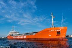 Smal-Frachter Dame Anna segelt zu seinem endgültigen Bestimmungsort Lizenzfreies Stockfoto