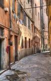 Smal gammal gränd i Pisa, Italien Royaltyfri Fotografi