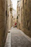 Smal gata av den tysta staden, Mdina, Malta arkivfoto
