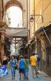 Smal gata av gamla Naples, Italien Arkivbild