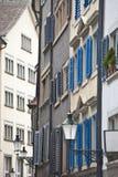Smal gata av i stadens centrum Zurich Fotografering för Bildbyråer