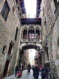 Smal gata Carrer del Bisbe i den gotiska fjärdedelen, Barcelona, Spanien Royaltyfria Bilder