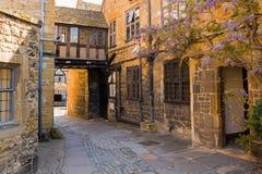 Smal gata för gammal stad Arkivfoton