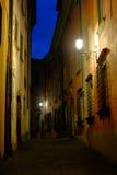 Smal gata i Barga Italy royaltyfri foto